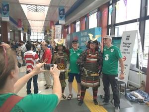 爱尔兰球迷在赛场拍照留念(神奈川新闻)